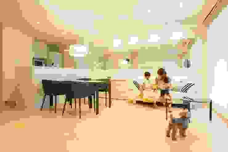 Modern Living Room by QUALIA Modern