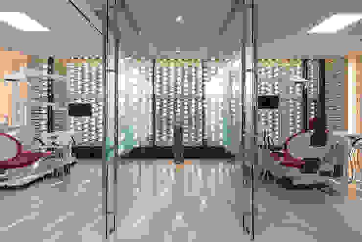 cure room モダンな医療機関 の AHandDesign inc. モダン ガラス