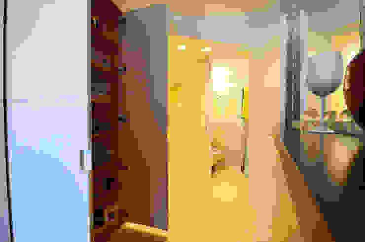 Ingresso, Corridoio & Scale in stile moderno di kmmarchitecture Moderno Legno Effetto legno