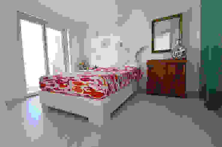 Camera da letto moderna di kmmarchitecture Moderno PVC