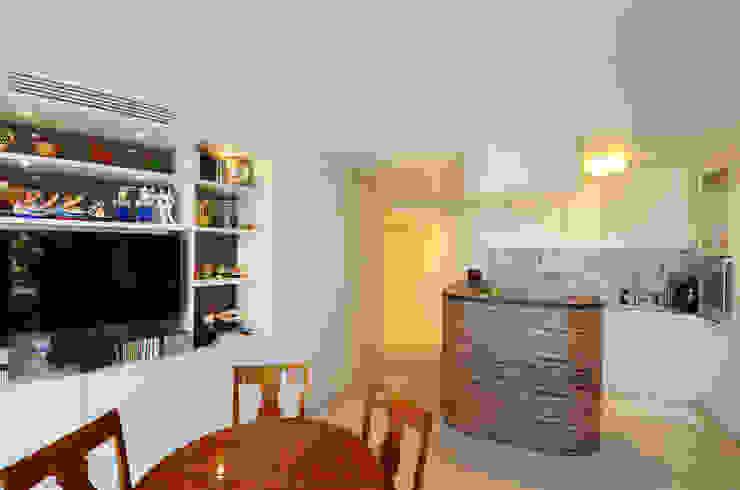 appartement roquebrune cap martin Salle à manger méditerranéenne par kmmarchitecture Méditerranéen Bois composite