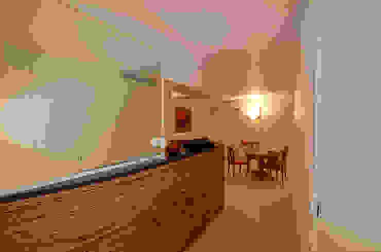 Ingresso, Corridoio & Scale in stile minimalista di kmmarchitecture Minimalista Legno Effetto legno