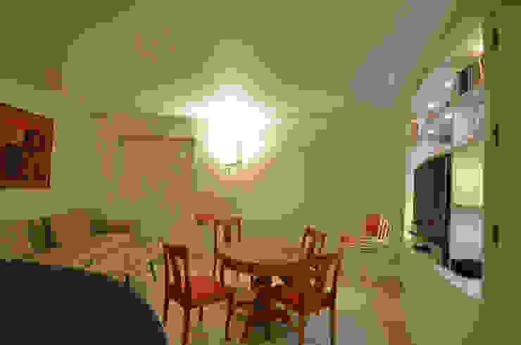 appartement roquebrune cap martin Salle à manger moderne par kmmarchitecture Moderne Bois Effet bois