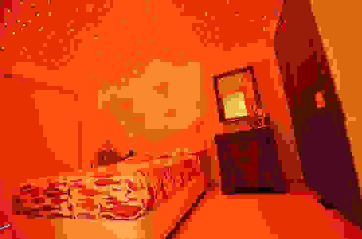 Dormitorios de estilo mediterráneo de kmmarchitecture Mediterráneo Compuestos de madera y plástico