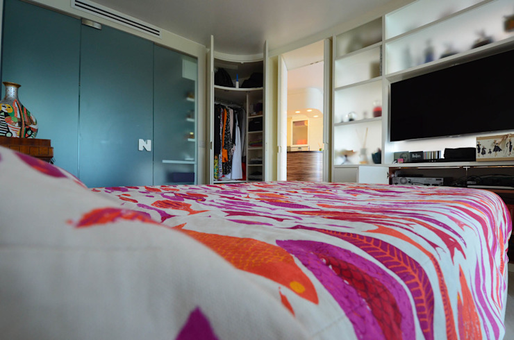 Camera da letto minimalista di kmmarchitecture Minimalista Legno Effetto legno