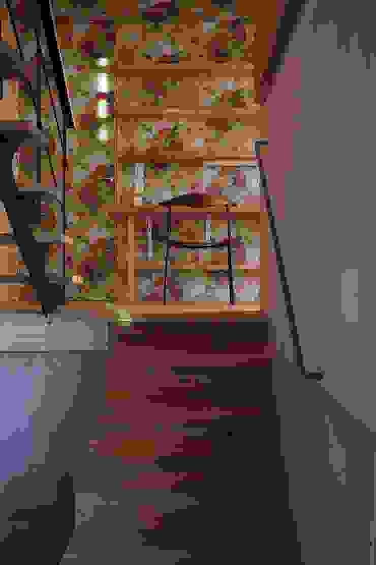 鮮やかな壁紙の書斎 モダンデザインの 書斎 の TOGODESIGN モダン