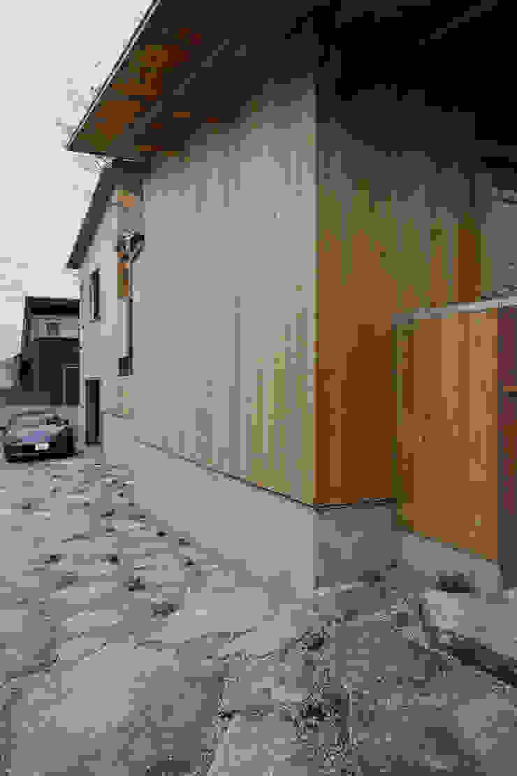 外壁 モダンな 家 の TOGODESIGN モダン 無垢材 多色