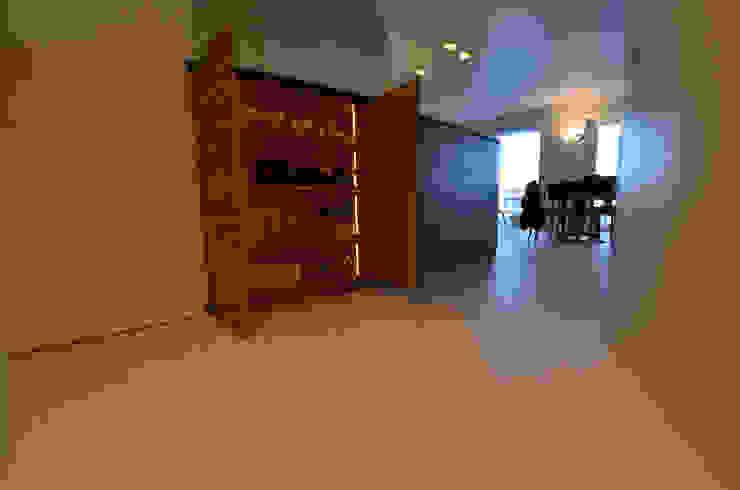 Spogliatoio moderno di kmmarchitecture Moderno Legno Effetto legno