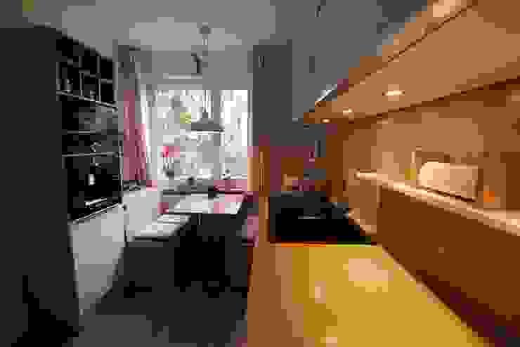 Kleine Küche in Eiche Weiß Moderne Küchen von Schreinerei Möbel - Holzsport Häupler Modern Holz Holznachbildung