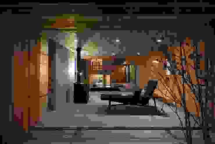 土間スペースの夜景 モダンデザインの リビング の TOGODESIGN モダン コンクリート