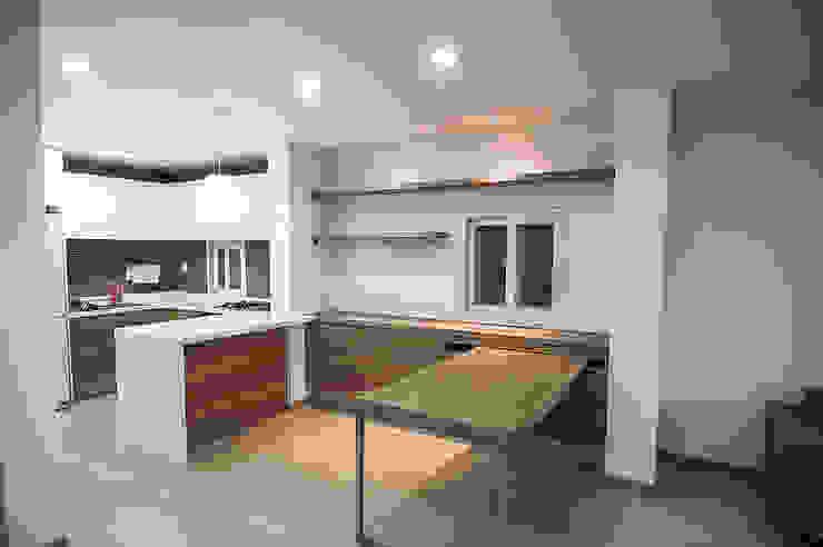 Столовая комната в стиле минимализм от METAPHOR Минимализм Дерево Эффект древесины
