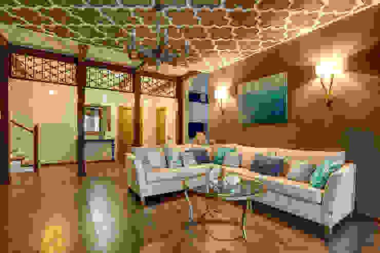 вид на зону гостиной/1 этаж Гостиные в эклектичном стиле от Yucubedesign Эклектичный