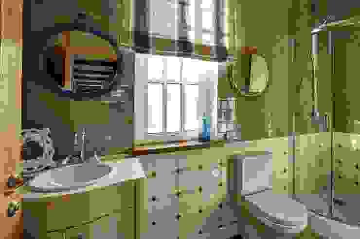 вид на гостевую ванную комнату/1 этаж Ванная комната в эклектичном стиле от Yucubedesign Эклектичный