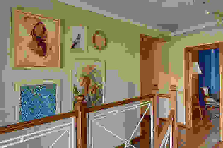 вид на холл/2этаж Коридор, прихожая и лестница в эклектичном стиле от Yucubedesign Эклектичный