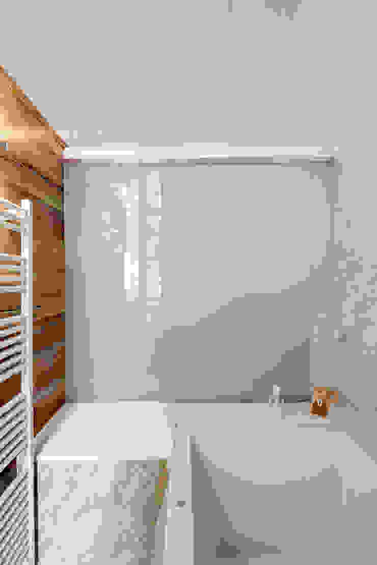Minimalist style bathroom by Alex Gasca, architects. Minimalist