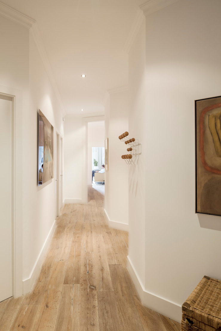 Minimalist corridor, hallway & stairs by Alex Gasca, architects. Minimalist