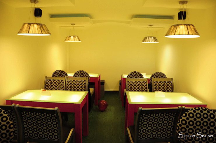 Blitzz sports cafe Modern bars & clubs by Space Sense Modern