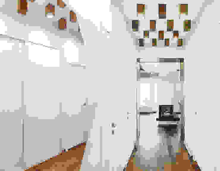Eklektyczny korytarz, przedpokój i schody od Yucubedesign Eklektyczny