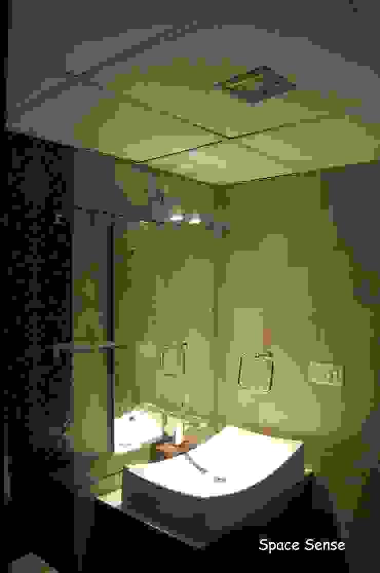 Private apartment Modern bathroom by Space Sense Modern