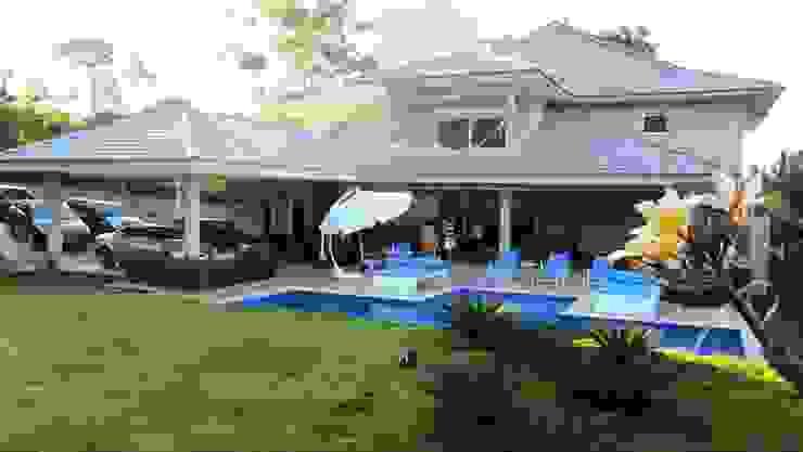 Residência - Cond. Aldeia do Vale Varandas, alpendres e terraços modernos por Sandra Kátia Junqueira Moderno