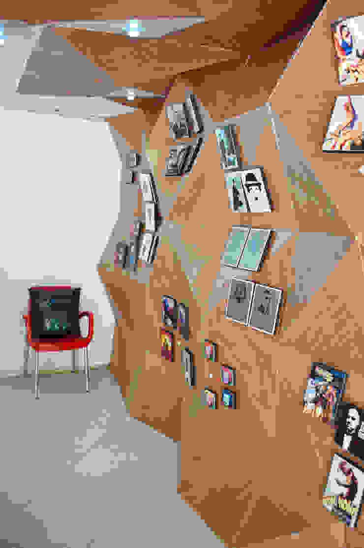 Muro de exposición de cuadros de somos2 Moderno