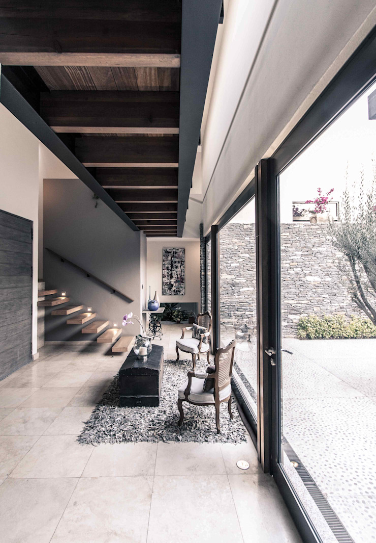 Moderner Flur, Diele & Treppenhaus von Loyola Arquitectos Modern