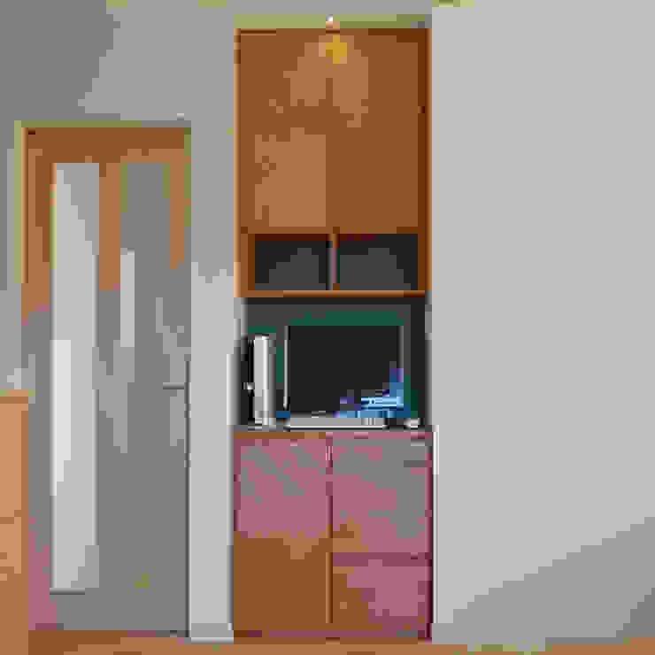 装飾貼りが個性的なリビングボード: Vigore interior&galleryが手掛けた折衷的なです。,オリジナル 木 木目調