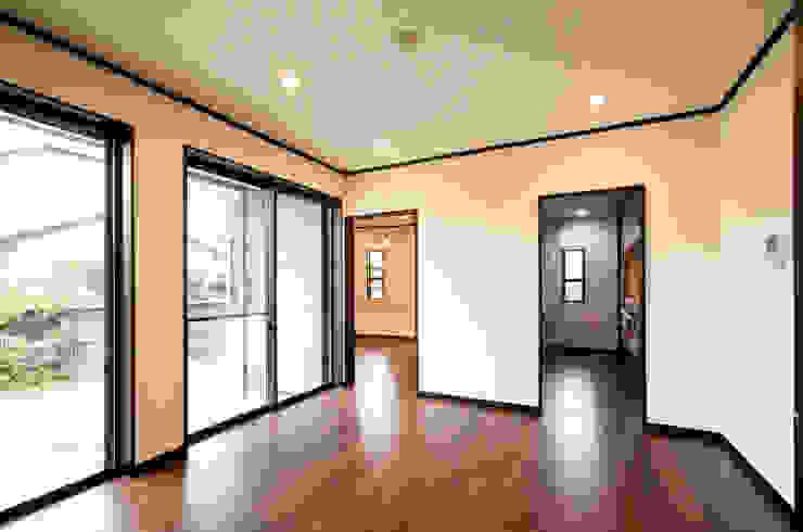 お茶屋さんの家 モダンデザインの リビング の 池野健建築設計室 モダン