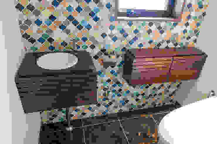 トイレ用のオーダー洗面台&ストレージ: Vigore interior&galleryが手掛けた折衷的なです。,オリジナル 木 木目調