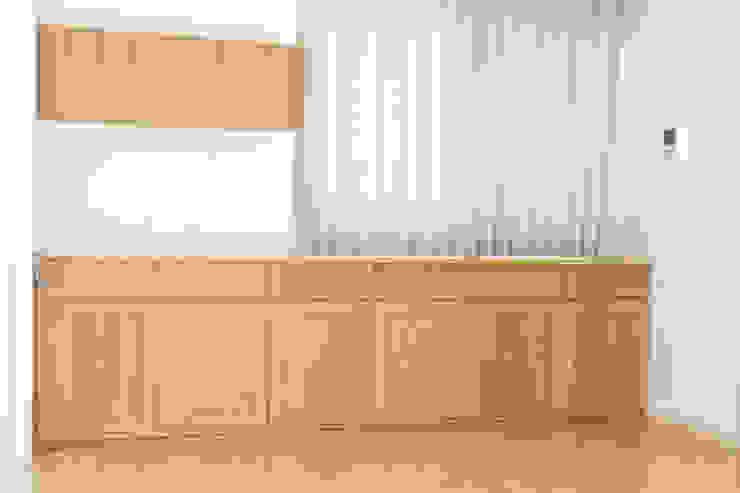オーク材のワイドなサイドボード&ウォールキャビネット: Vigore interior&galleryが手掛けた折衷的なです。,オリジナル 木 木目調