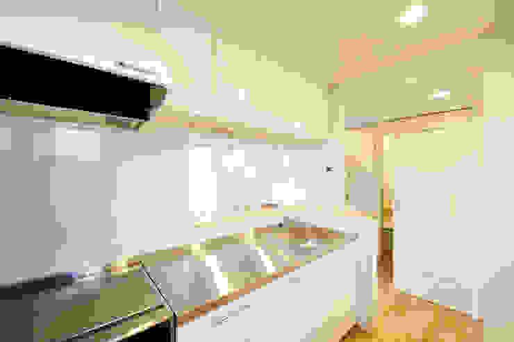 子育てテラスハウス KONKO1 モダンな キッチン の 一級建築士事務所あとりえ モダン