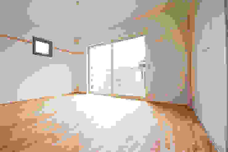 子育てテラスハウス KONKO1 モダンデザインの リビング の 一級建築士事務所あとりえ モダン