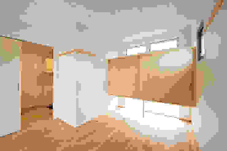 子育てテラスハウス KONKO1 モダンスタイルの寝室 の 一級建築士事務所あとりえ モダン