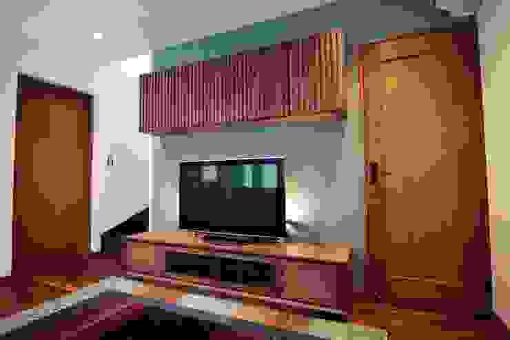 陰影を生かしたデザインの壁面テレビボード: Vigore interior&galleryが手掛けた折衷的なです。,オリジナル 木 木目調