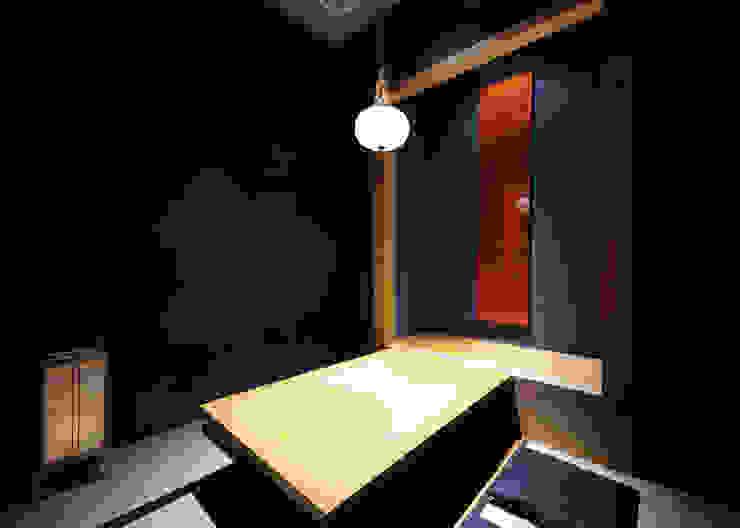 掘りごたつ席 紺色壁 アジア風レストラン の 中川デザイン事務所 和風