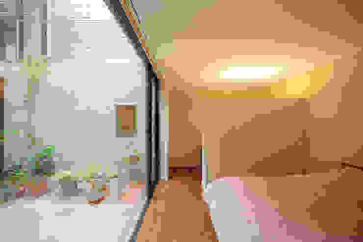 中庭のある家: こぢこぢ一級建築士事務所が手掛けたクラシックです。,クラシック