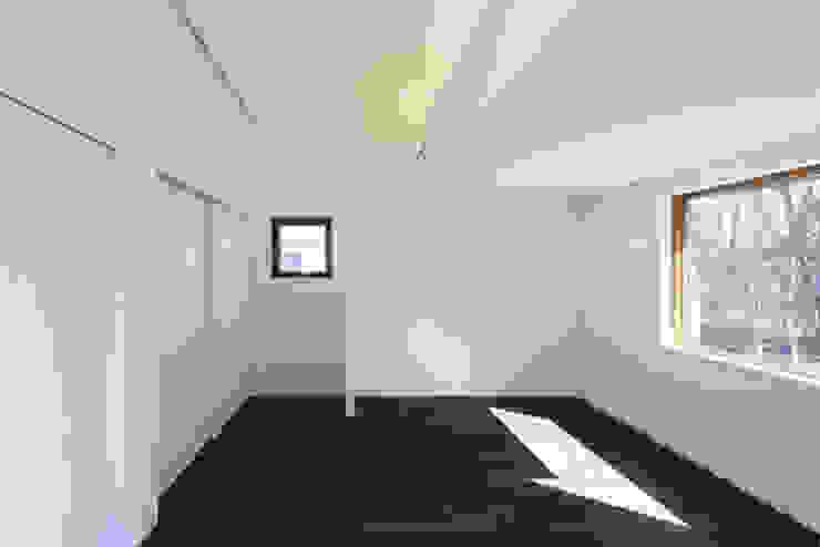 森を眺める黒い家 モダンデザインの 子供部屋 の 一級建築士事務所あとりえ モダン