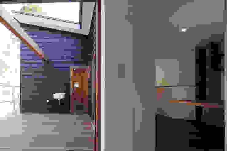 森を眺める黒い家 モダンデザインの テラス の 一級建築士事務所あとりえ モダン