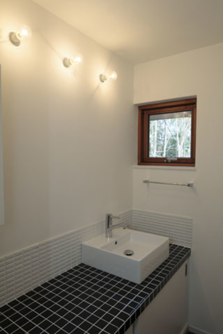 森を眺める黒い家 モダンスタイルの お風呂 の 一級建築士事務所あとりえ モダン