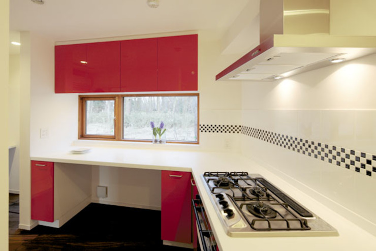 森を眺める黒い家 モダンな キッチン の 一級建築士事務所あとりえ モダン