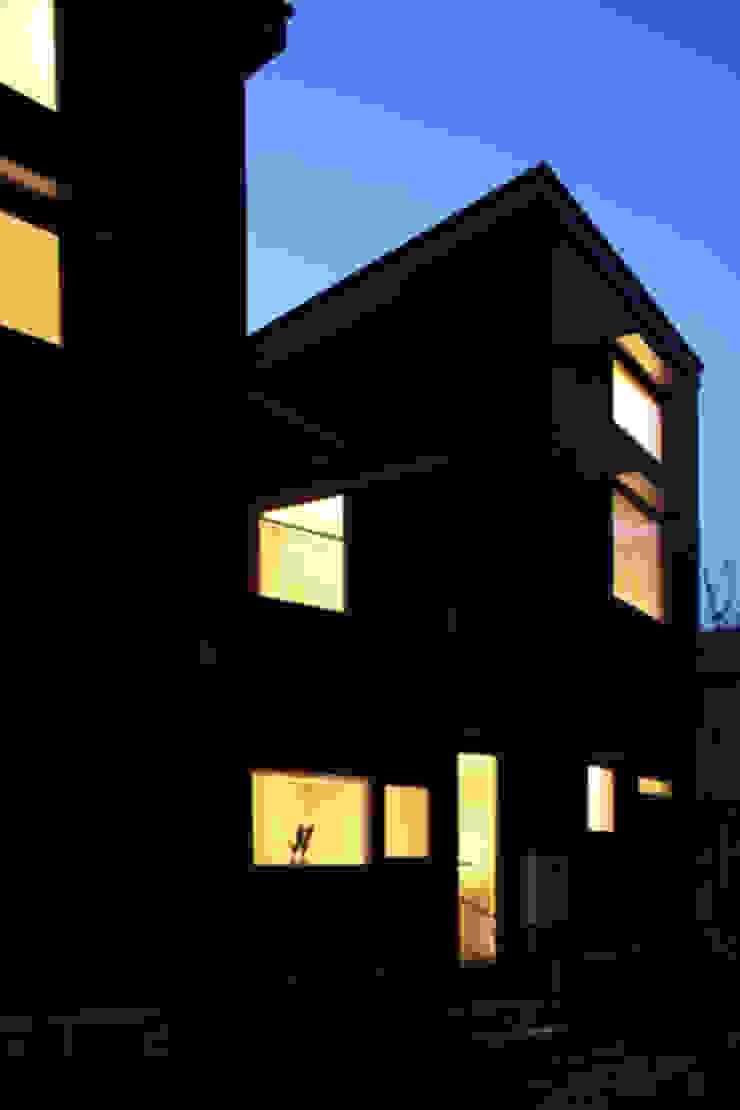 森を眺める黒い家 モダンな 家 の 一級建築士事務所あとりえ モダン