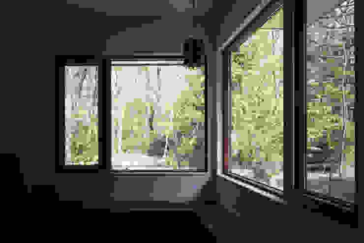 森を眺める黒い家 モダンデザインの リビング の 一級建築士事務所あとりえ モダン