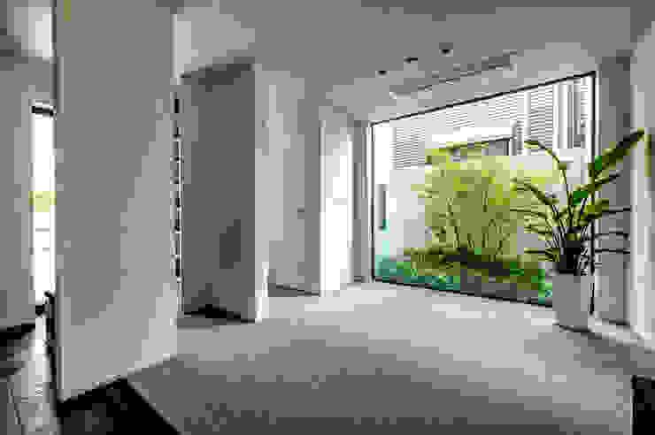 坪庭をのぞむエントランス モダンスタイルの 玄関&廊下&階段 の TERAJIMA ARCHITECTS モダン