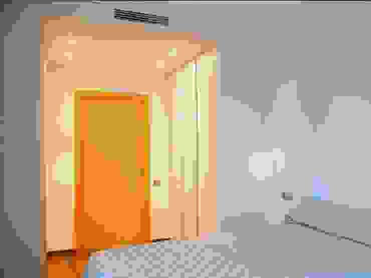 vivienda unifamiliar estilo moderno Dormitorios de estilo moderno de cota-zero, tenica y construcción integrada, s.l. Moderno