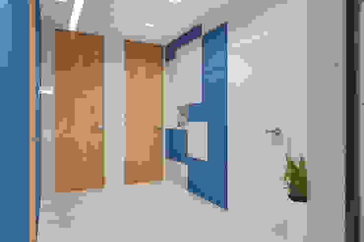 Дизайн-проект трехкомнатной квартиры для молодой семейной пары. Коридор, прихожая и лестница в модерн стиле от Катя Волкова Модерн