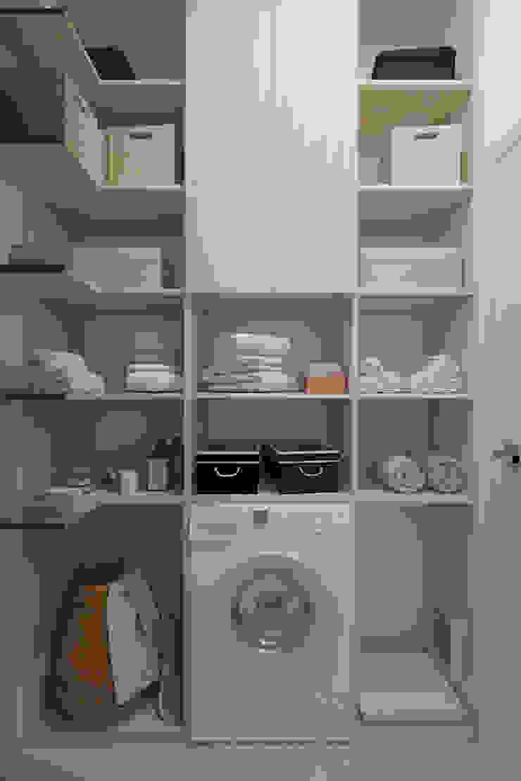 Дизайн-проект трехкомнатной квартиры для молодой семейной пары. Гардеробная в стиле модерн от Катя Волкова Модерн