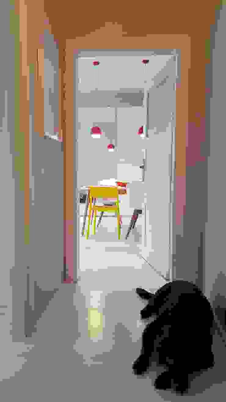 Klimatyczne mieszkanie w starej kamienicy Skandynawski korytarz, przedpokój i schody od Project Art Joanna Grudzińska-Lipowska Skandynawski