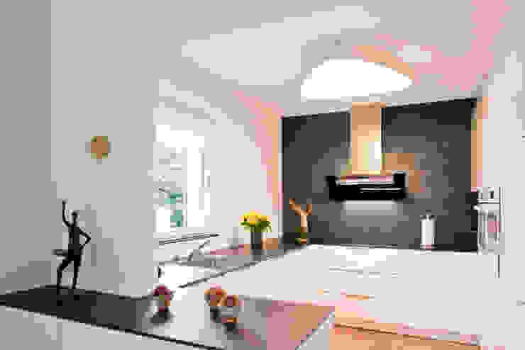 Cocinas de estilo moderno de inpuncto Küchen Schweiz GmbH Moderno