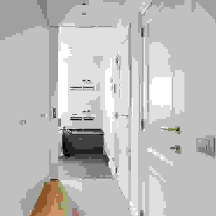 Pure Ph1920 doorhandle in White bronze (WB):  Gang en hal door Dauby,