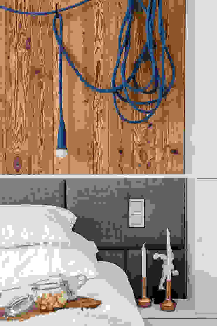 Our photoshoot of apartment design by Domaga Architects Eklektyczna sypialnia od Ayuko Studio Eklektyczny Drewno O efekcie drewna